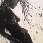 femme accoudée contre un mur
